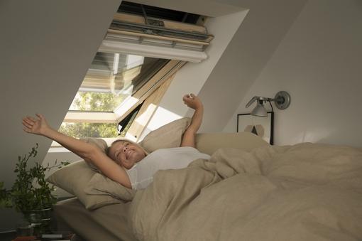 Henke Dachdecker für Bückeburg - VELUX: Immer schön kühl bleiben! Hitzeschutzprodukte für Velux Dachfenster sind die perfekten Helfer für angenehm temperierte Dachgeschosse im Sommer