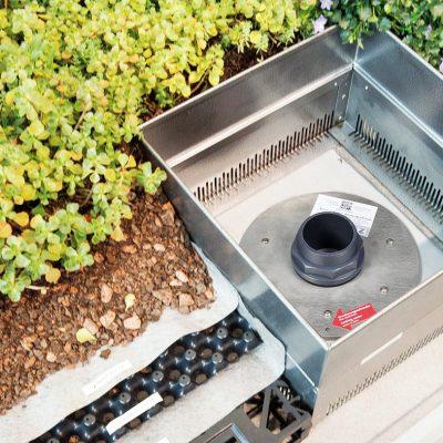 Henke Dachdecker für Stadthagen - ZinCo Gründach Systemaufbau - Das Drosselelement liegt geschützt unterhalb des Kontrollschachtes und reguliert den langsamen Wasserabfluss. Es fungiert gleichzeitig als Überlauf.