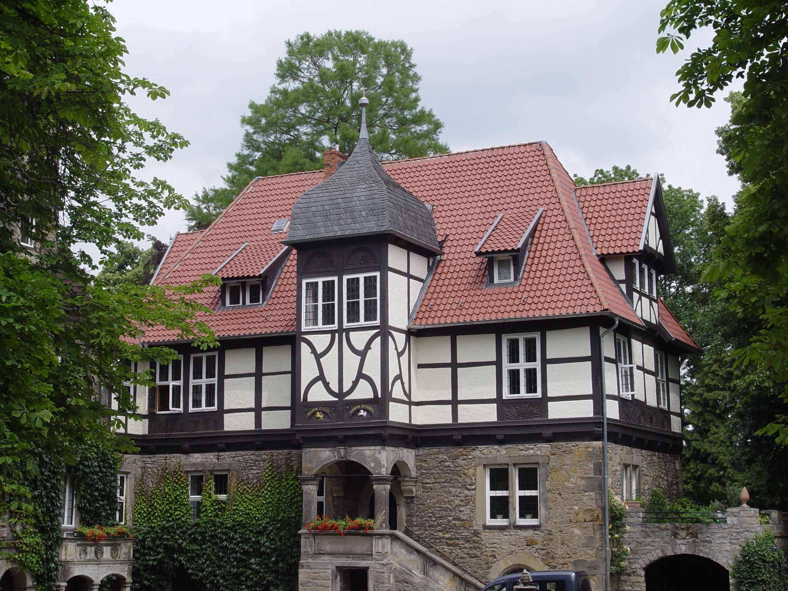 Henke Dachdeckerei Zimmerei für Rodenberg - Dacheindeckung mit Tondachziegeln auf Schloß Schwedesdorf in Lauenau