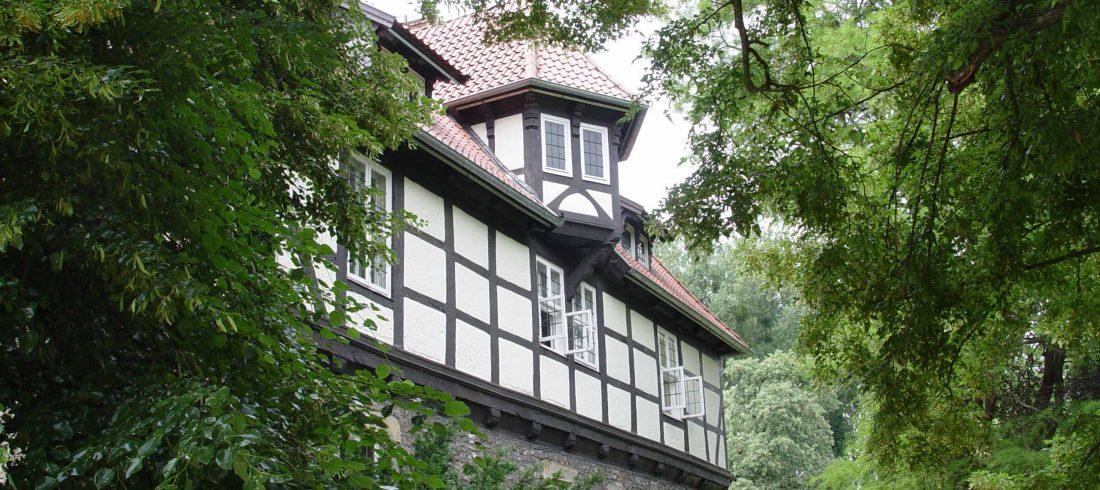 Henke Dachdeckerei und Zimmerei für Rodenberg - Dacheindeckung mit Tondachziegeln auf Schloß Schwedesdorf in Lauenau
