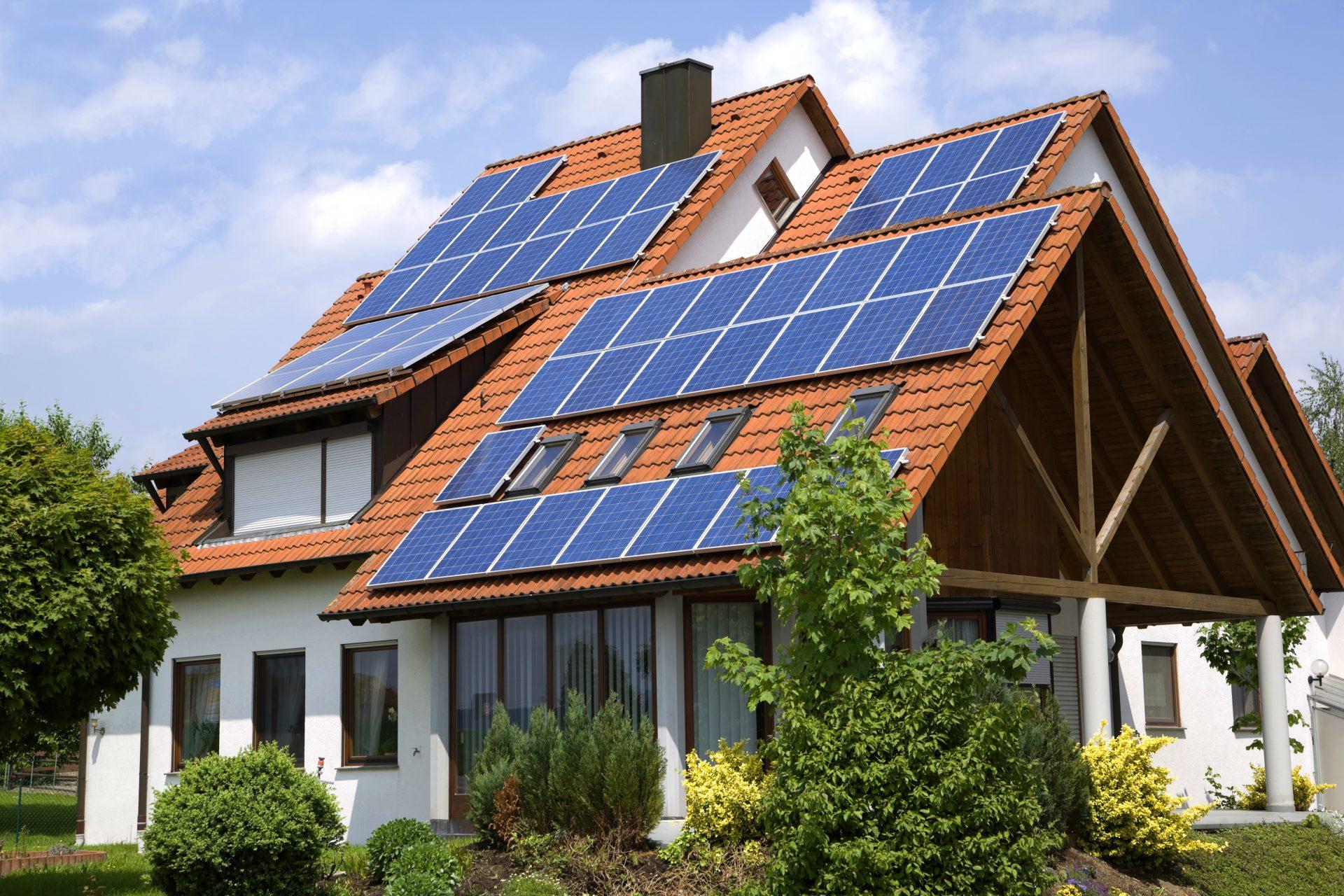 Weißes Haus mit großem Dach und Solartechnik