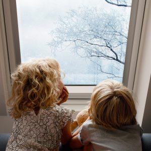 Henke Dachdeckerei | Zimmerei | Solartechnik für Stadthagen - Wer die Hitzeeinstrahlung durch die Fensterscheibe reduzieren will, sollte Verglasungen mit besonders geringem g-Wert wählen.