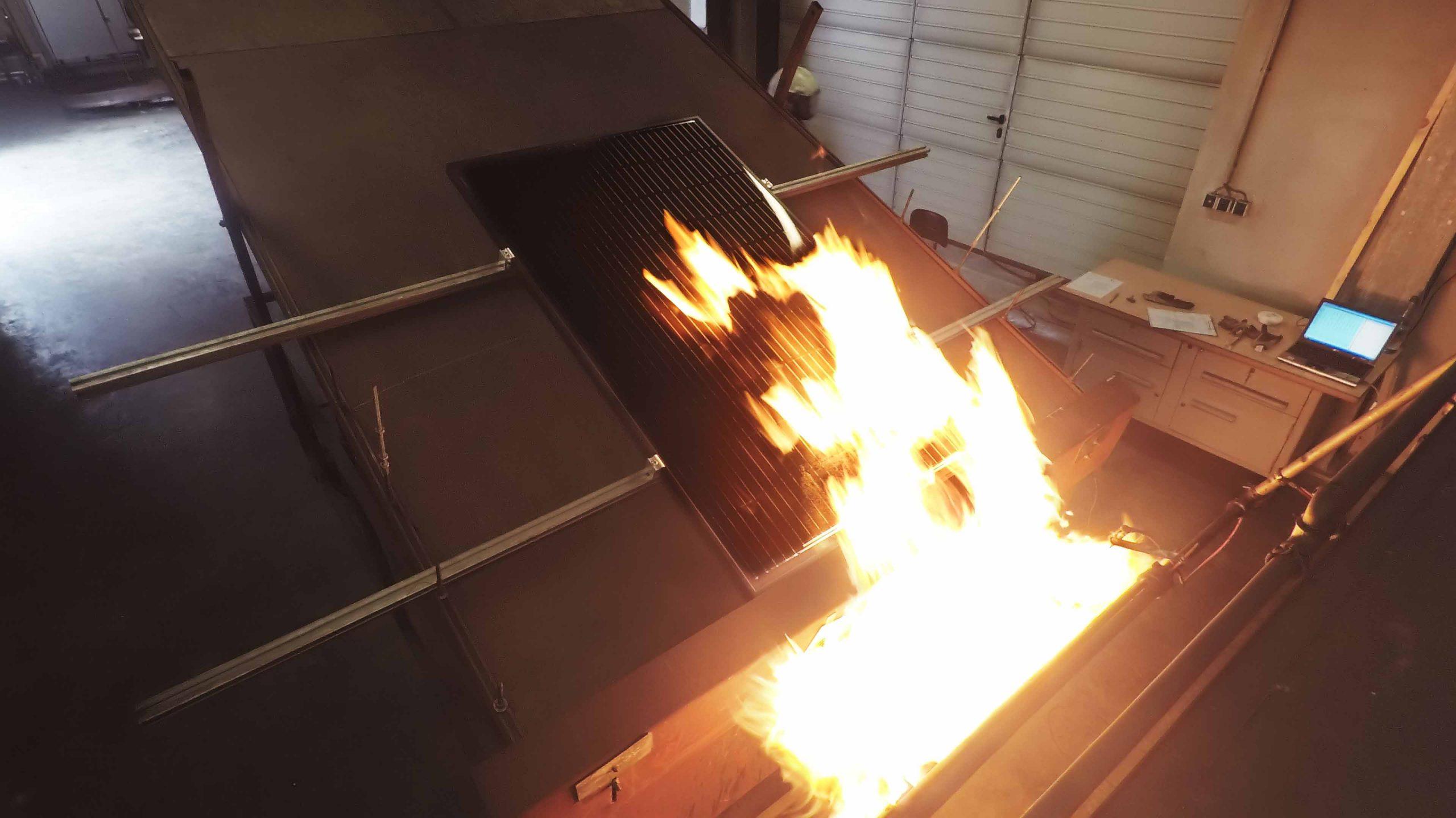 Henke Dachdeckerei | Zimmerei | Solartechnik für Stadthagen - Höchste Brandsicherheit: SOLARWATT-Module erhalten Zertifikat der Brandklasse A