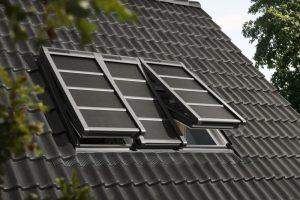 Henke Dachdeckerei | Zimmerei für Rinteln - VELUX Dachfenster-Markise 3 in 1