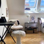 Henke Dachdecker für Stadthagen - Viel Licht durch Dachfenster, hier mit der sogenannten Lichtlösung Duo, und Deko-Elemente erhöhen die Attraktivität eines Gästezimmers unter dem Dach deutlich
