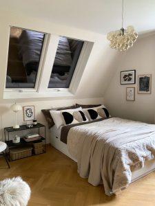 Henke Dachdecker für Nienstädt - Hitzeschutz außen vor dem Dachfenster sorgt dafür, dass auch im Sommer die Temperaturen im Gästezimmer angenehm bleiben.